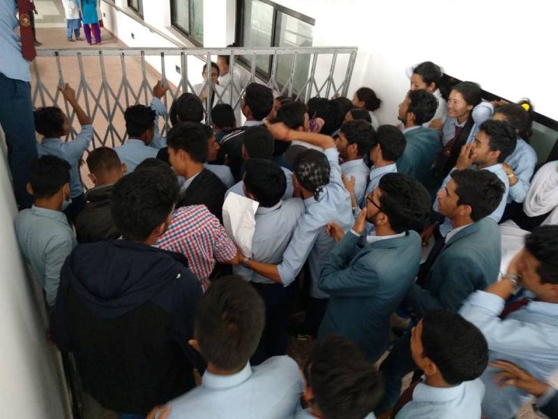 भीडलाई तितरबितर पारेर प्रहरी डा. केसीको अनशनस्थलमा, हेलिकप्टरमा काठमाडौं लगिँदै
