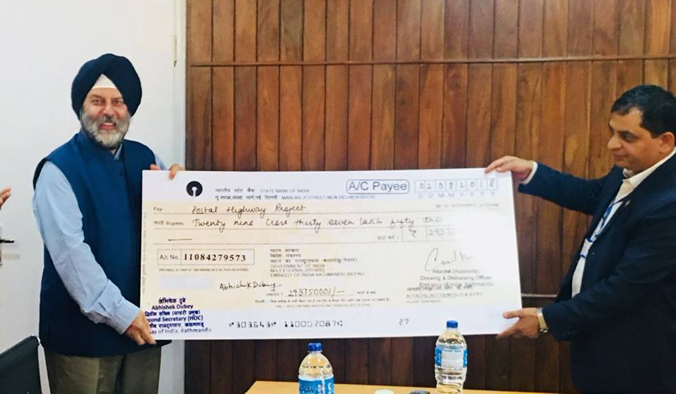 भारतले दियो नेपाल सरकारलाई २९ करोड ३७ लाखको चेक