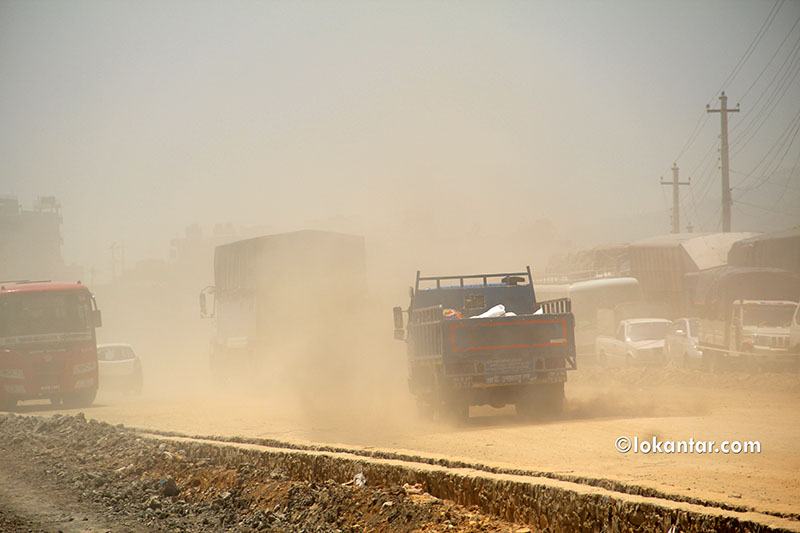 काठमाडौंको बल्खुमा आँखा हेर्नै मुस्किल पर्ने धूलो [फोटोफिचर]