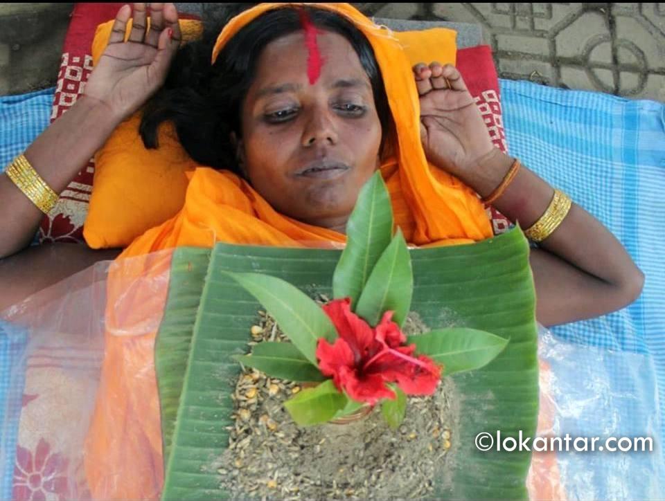 सन्तान नभएपछि छातीमा जमरा उमार्न बसिन् यी महिला