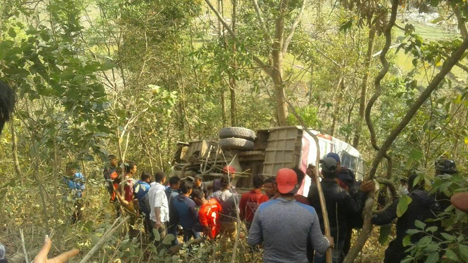 बस दुर्घटना हुँदा ३४ जना यात्रु घाइते