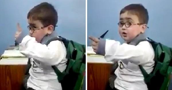 कस्तो रिसाहा क्युट बच्चो ? (भिडियो)