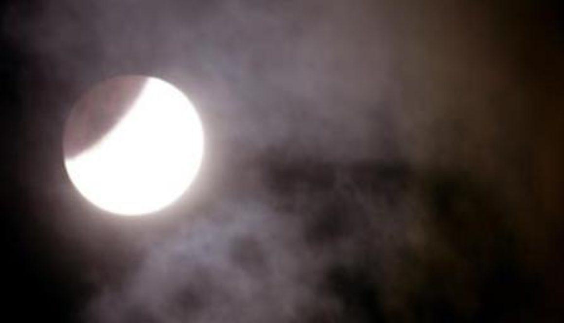 भोलि खग्रास चन्द्रग्रहण, ग्रहणमा के गर्ने, के नगर्ने