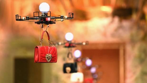 साउदी अरबमा फेशन शो : मोडलको साटो –याम्पमा आए ड्रोन