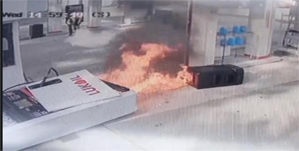 कारचालक युवकले गरे मूर्खता, पेट्रोलपम्पमा लाग्यो आगो (भिडियो)