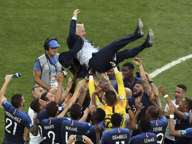 फ्रान्स विश्वविजेता भएपछि यसरी उत्सव मनाए प्रशंसकले (फोटो फीचर)