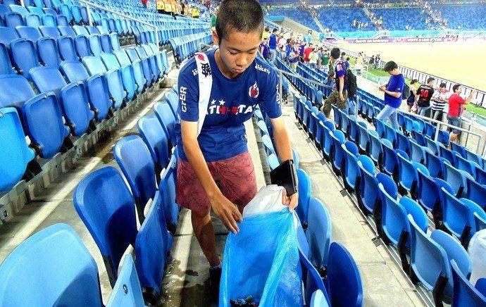 जापानका समर्थकले खेलपछि सफा गरे रंगशाला, सेनेगलका समर्थक पनि त्यही बाटोमा