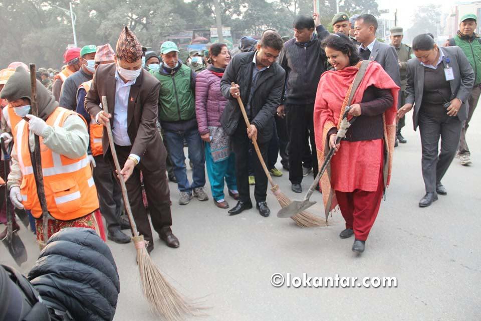 सरसफाइका लागि मन्त्री महासेठसँगै सडकमा ओर्लिए काठमाडौंका मेयर शाक्य [फोटोफिचर]
