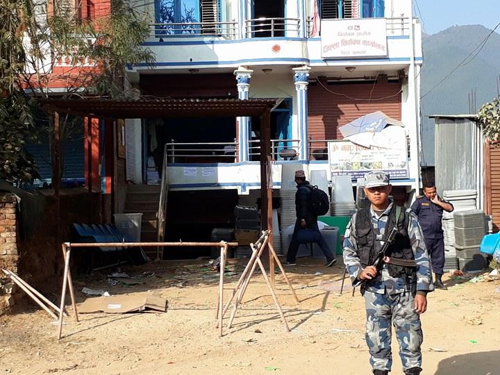 नुवाकोटको निर्वाचन कार्यालय अगाडि बम भेटियो, निष्क्रिय पार्दै सेना