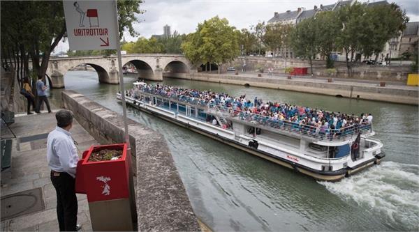 पेरिसमा बनाइयो अनौठो सार्वजनिक शौचालय, रिसाए मान्छे (भिडियो)