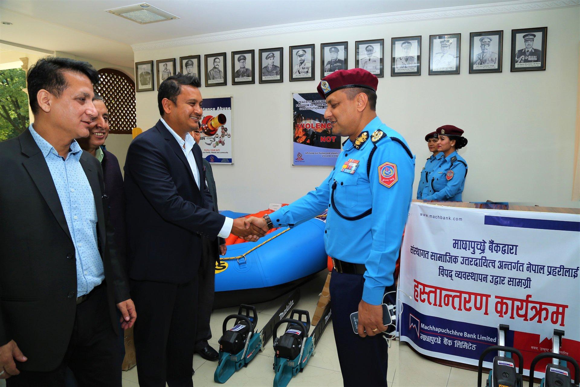 माछापुच्छ्रेबैंकद्वारा नेपाल प्रहरीलाई विपद् व्यवस्थापन उद्धार सामग्री हस्तान्तरण