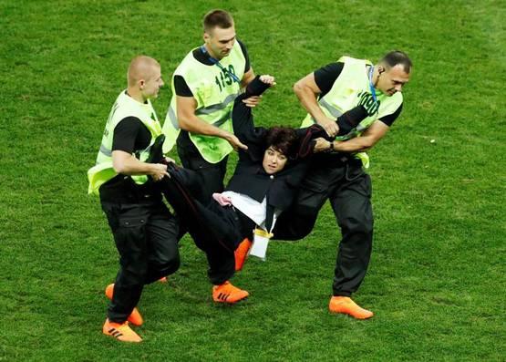 विश्वकपको फाइनलमा मैदान पस्ने पुस्सी रायटका सदस्य को हुन् ?