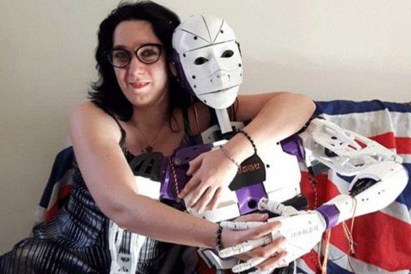 रोबोटसँग प्रेममा परिन् यी महिला, उसैसँग बिहे गर्ने सुर