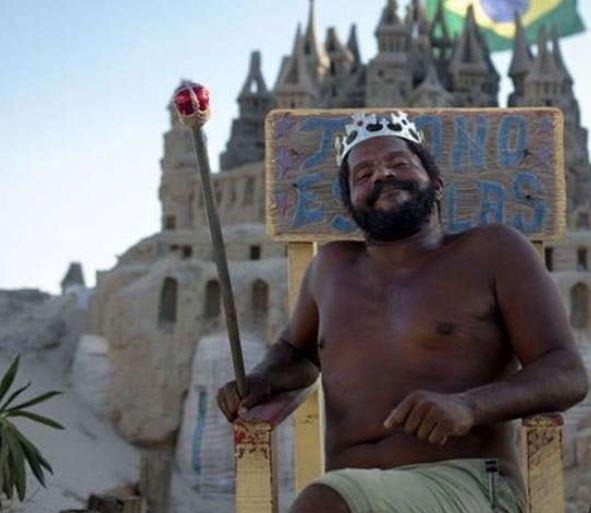 यी व्यक्ति बालुवाको महलमा बस्छन्, ठान्छन् आफूलाई राजा