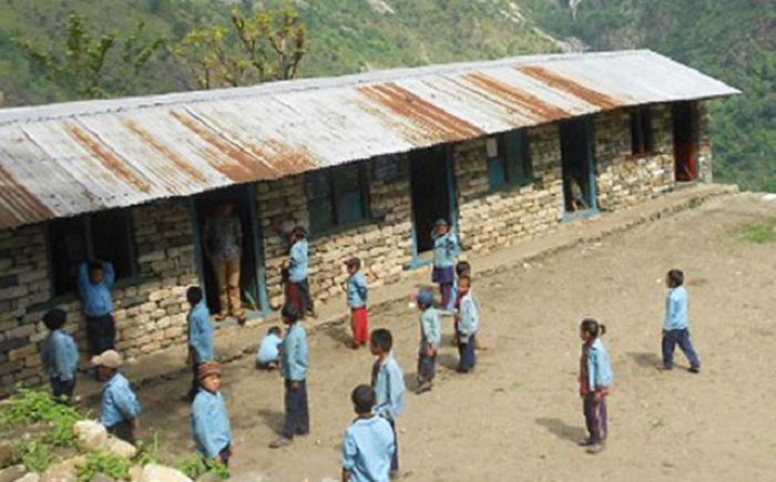 शिक्षामा लगानी वालुवामा पानी : ४३ वर्षअघि बनेको कक्षाकोठामा छैन फर्निचर, विद्यार्थी धुलोमै बसेर पढ्छन्