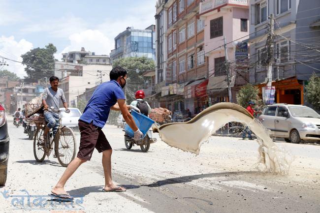 मध्यबर्खामा पनि काठमाडौंमा धूलोको महामारी, व्यापारी भन्छन् – धूलोले व्यवसाय चौपट