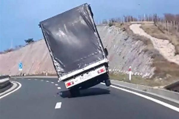 दुई चक्कामा कुद्यो ट्रक (भिडियो सहित)