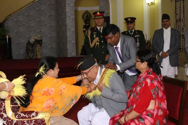 राष्ट्रपतिको हातबाट प्रधानमन्त्रीद्वारा टिका ग्रहण (तस्वीरसहित)