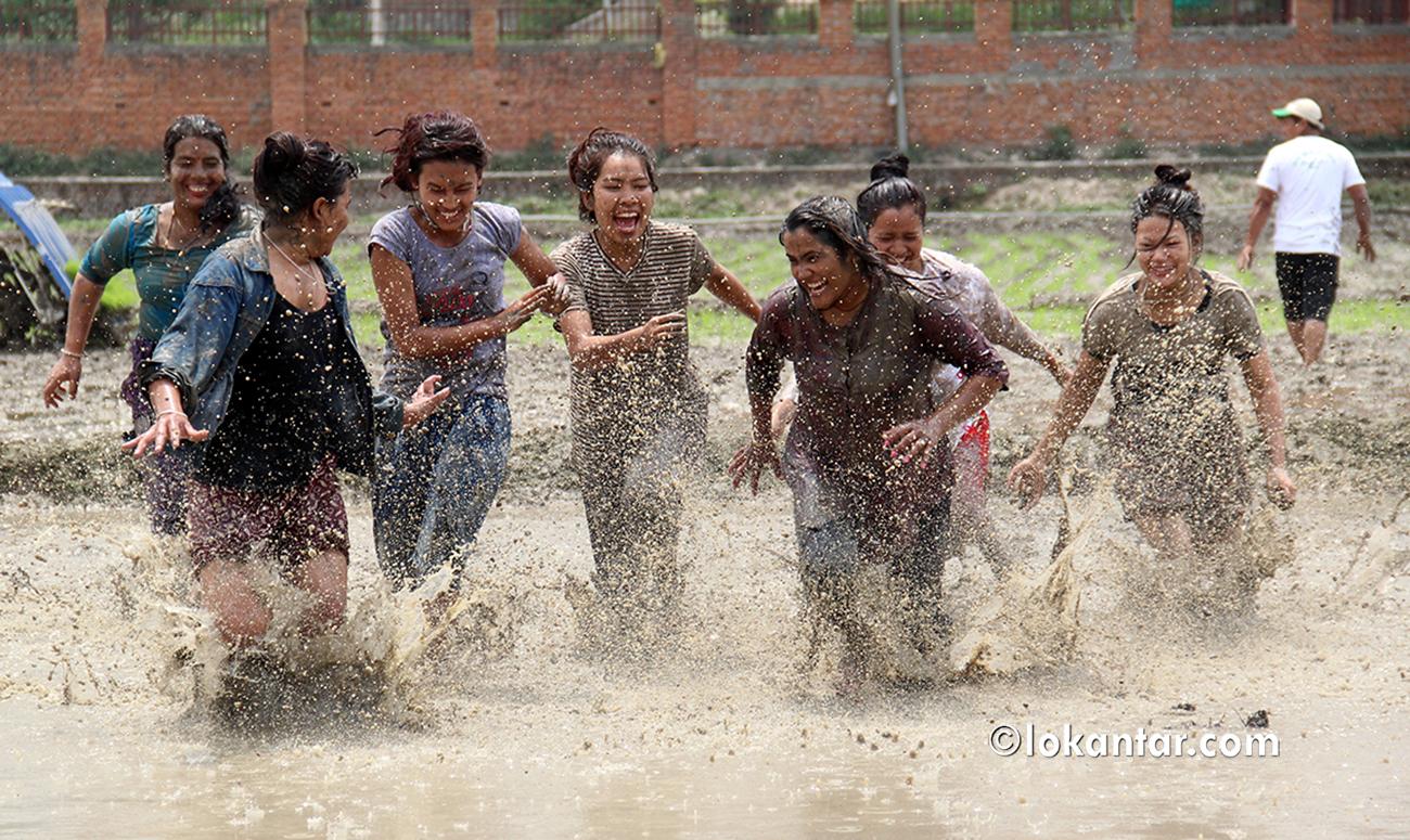रोपाइँको रौनक : युवतीहरूले हिलो खेल्दा युवकले हाने डाइभ [फोटो/भिडियो]