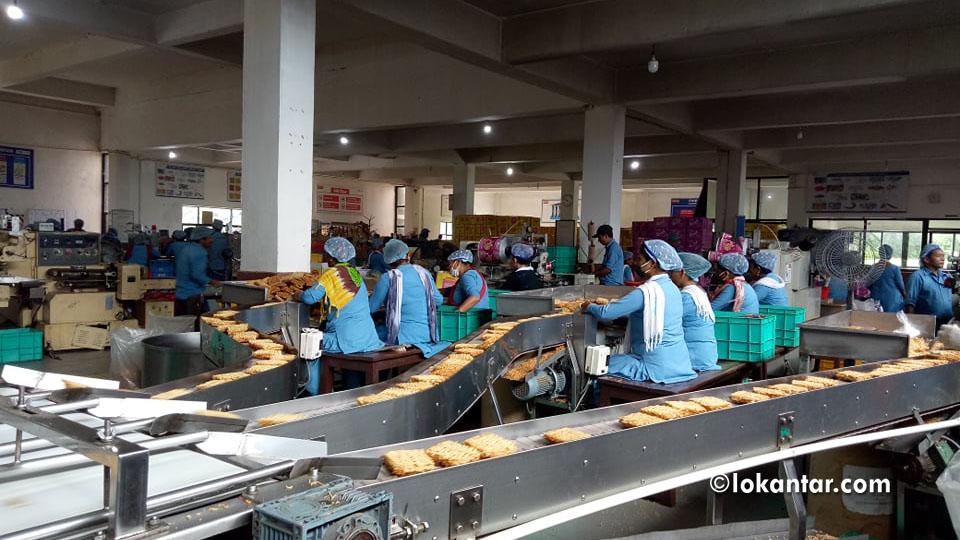 सीजीको 'वाइ वाइ प्याक्ट्री'मा काम गर्दै मजदूरहरू