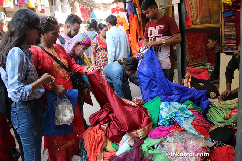 सस्ताेमा सामान पाइने भन्दै भारतीय बजारमा नेपाली उपभोक्ताको घुइँचो