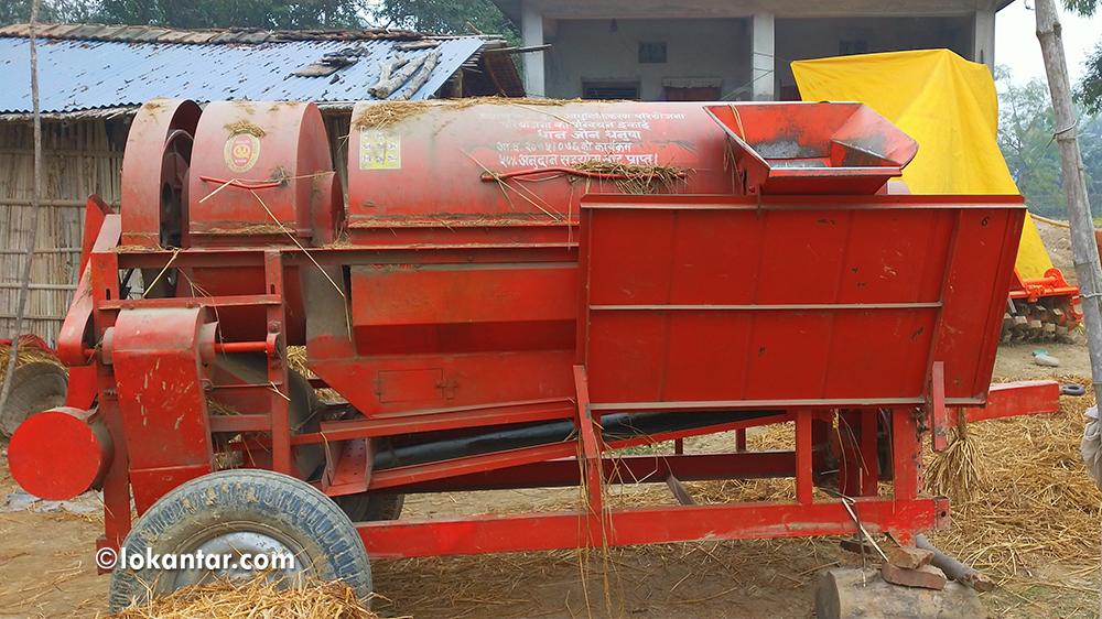 सकुन्तला देवीको घरअगाडि थुप्रिएका अनुदानका कृषि औजार