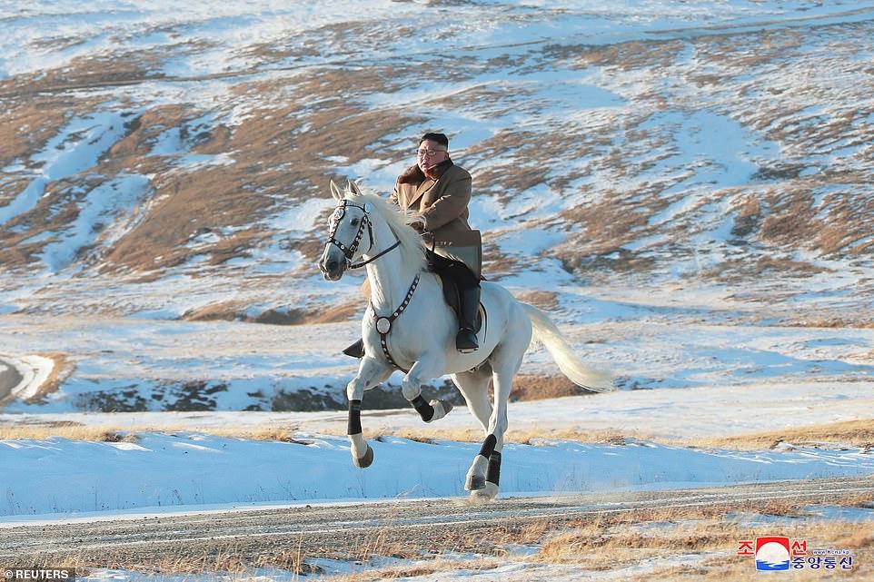हिउँले ढाकिएको पहाडमा घोडा दौडाए किमले