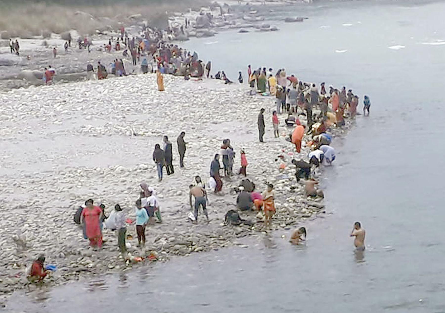 हरिबोधिनी एकादशीका अवसरमा जलाशयमा भक्तजनको भीड