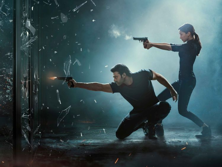 'साहो' फिल्म समीक्षा : दमदार एक्सन, कमजोर कथा