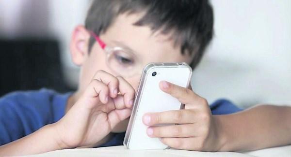 स्मार्टफोनले बच्चालाई बन्न दिँदैन स्मार्ट