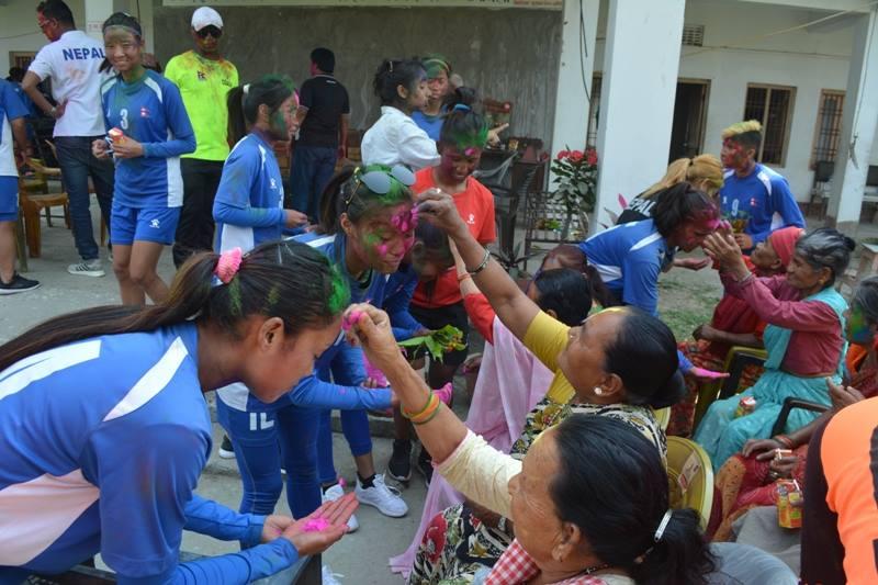 नेपाली महिला फुटबल टोलीको होली वृद्धवृद्धासँग [फोटोफिचर]