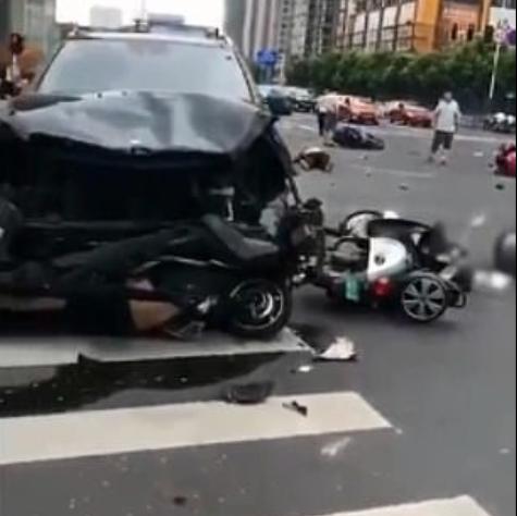 अनियन्त्रित कारले कुल्चियो दर्जन स्कूटर, ३ जनाको मृत्यु (भिडियो)