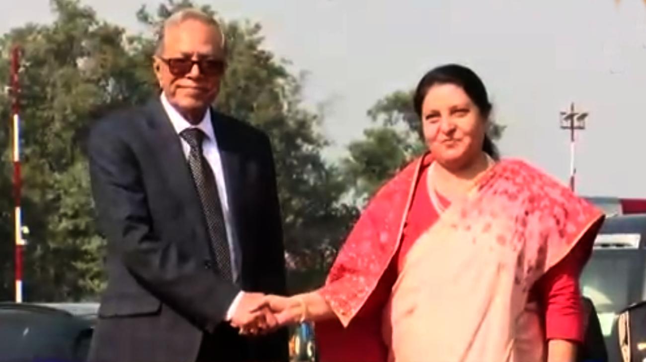 काठमाडौं आइपुगे बंगलादेशी राष्ट्रपति हमिद, राष्ट्रपति भण्डारीले गरिन् विमानस्थलमा स्वागत