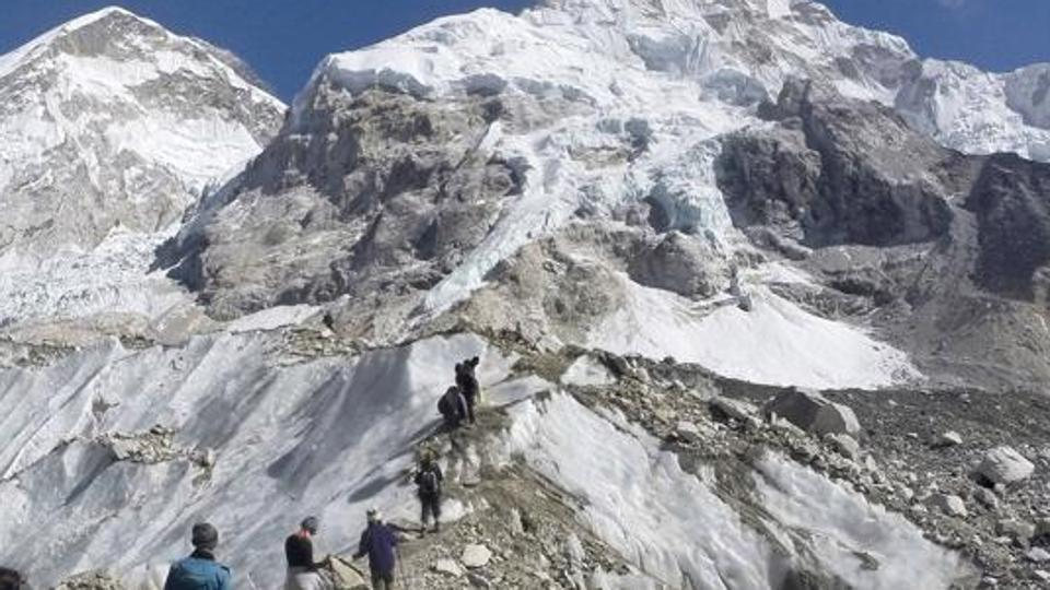 सगरमाथामा थप ३ पर्वतारोहीको मृत्यु