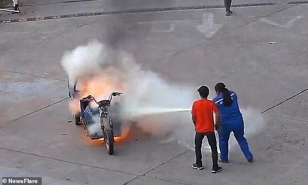 जब पेट्रोल पम्पअगाडि ३ चक्के मोटरसाइकलमा आगो लाग्यो ... [भिडियोसहित]