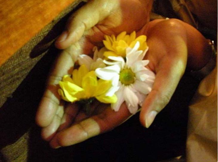 भगवानलाई चढाएको फूल ओइलाएपछि कसरी फाल्ने ?