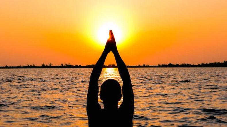 हिन्दू धर्ममा किन चढाइन्छ सूर्यलाई जल ?