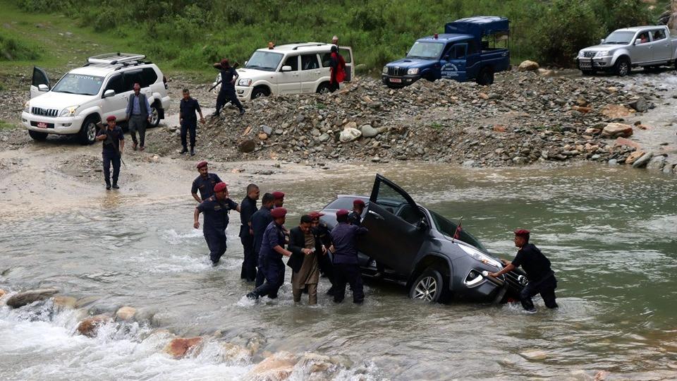 स्याङ्जास्थित खोलामा डुबेको झण्डावाल गाडी