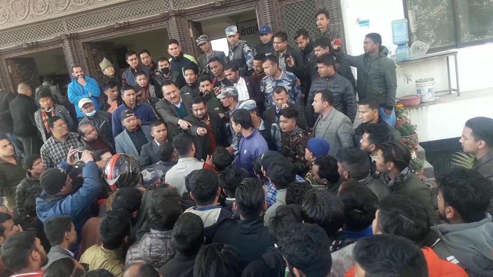 धर्नामा रहेका नेविसंघका नेता कार्यकर्तामाथि निधि र महतको दुर्व्यवहार