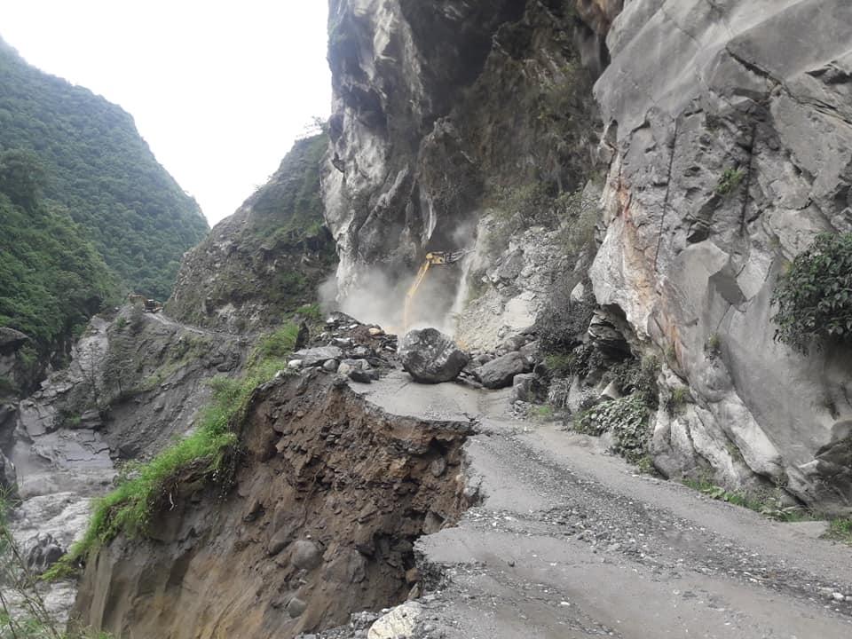 मध्यपहाडी लोकमार्गदेखि विपी राजमार्गसम्मका सडक अवरुद्ध, खुलाउने प्रयास जारी