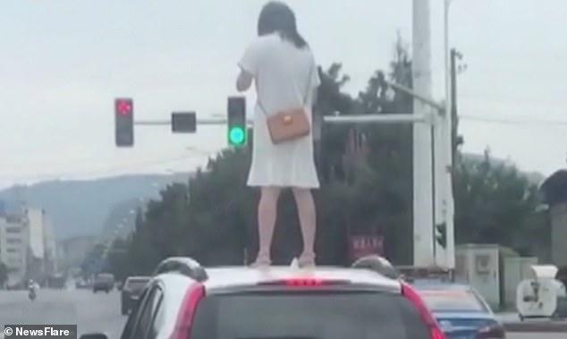 रिसाएकी पत्नीले कारको छतमा चढेर गरिन् तमाशा (भिडियो)