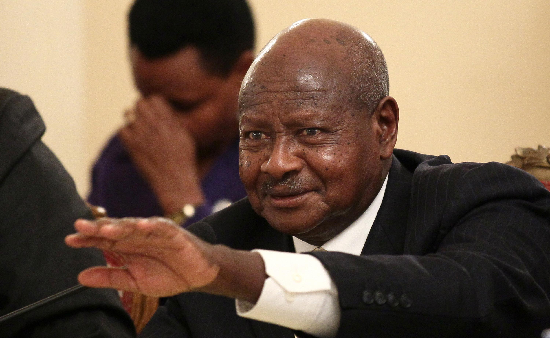 झण्डा फहराउँदै भ्रष्टाचारविरुद्धको जुलुसमा निस्किए राष्ट्रपति